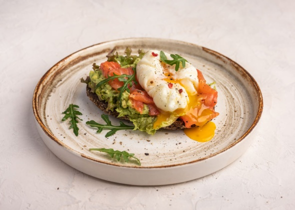 Тосты с лососем, авокадо и яйцом пашот