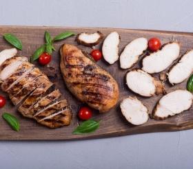 Рецепт дня: куриные грудки с томатами и базиликом