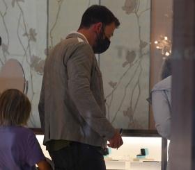 Зачем Бен Аффлек рассматривал кольцо в ювелирном магазине?